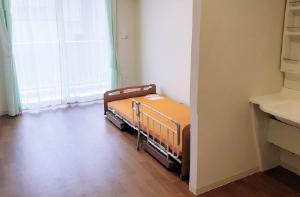 全室個室(特養30床、ショート4床)です。家具(ベッド以外)は持ち込んで頂き、個性あるレイアウトを行います。