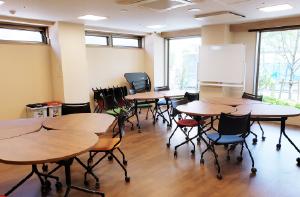 3F建て3ユニットです。1F10床(特養6床、ショート4床)、2F12床、3F12床で、勤務シフトはそれぞれのユニットで作成します。
